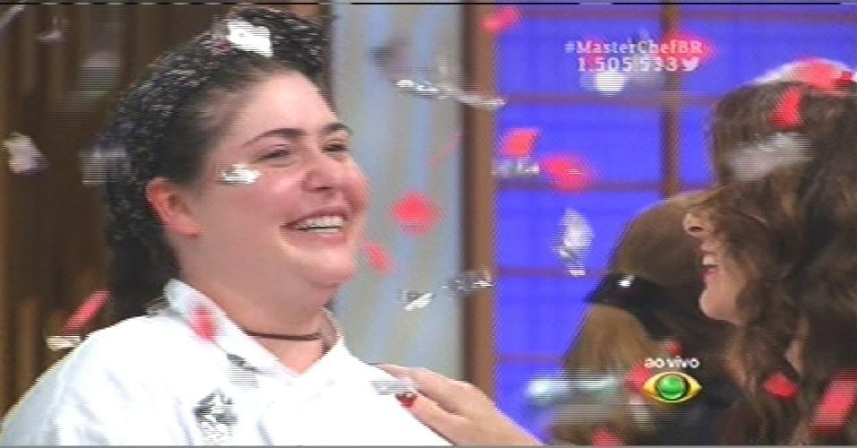 15.set.2015 - Izabel comemora a vitória no reality