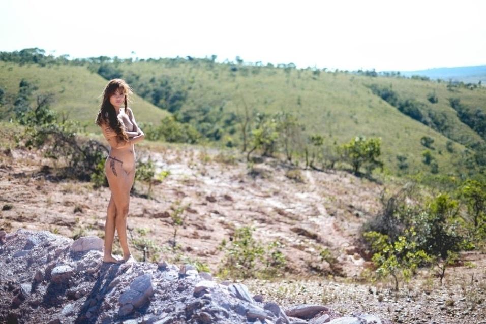 1°.out.2015 - Completamente nua, Camila foi clicada pelo fotógrafo Fred Oliveira em um dia de calor