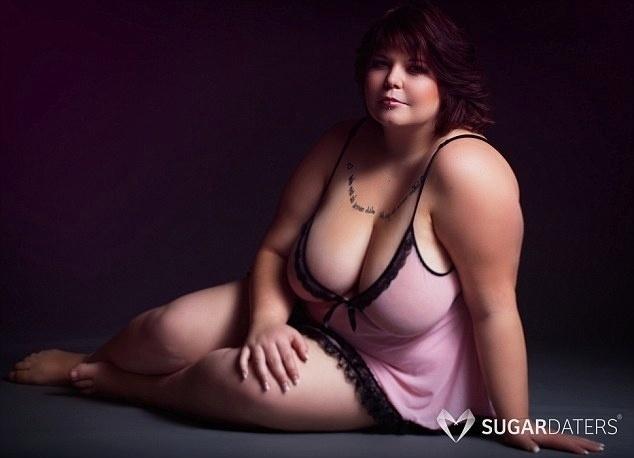 """23.nov.2015 - Um site de encontros da Dinamarca está fazendo sucesso ao divulgar mulheres que desejam conhecer homens maduros e ricos, os chamados 'Sugar Daddies'. Para mostrar a diversidade de suas assinantes, a página Sugar Daters lançou um ensaio sensual exaltando a beleza real das mulheres. Na imagem acima, a jovem Laerke, de 20 anos, que posou exibindo sua  tatuagem. """"Minha vida não tem sido fácil, mas isso não me colocar para baixo"""", declarou"""