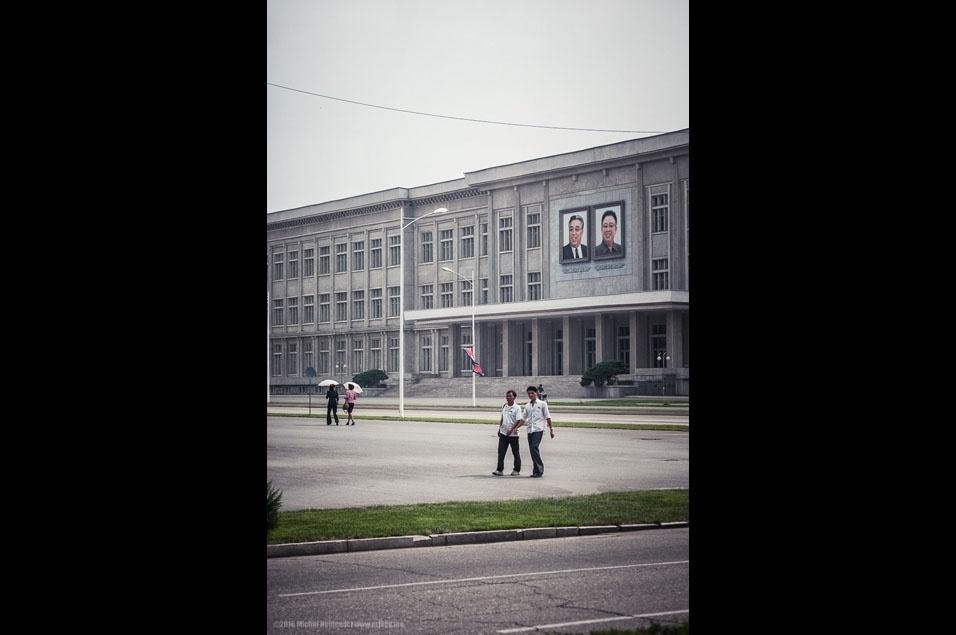 """76. """"Homens e mulheres em Pyongyang. Fomos informados que antigos casamentos na Coreia do Norte eram arranjados. Na verdade, a maioria dos casamentos no mundo são arranjados..."""""""