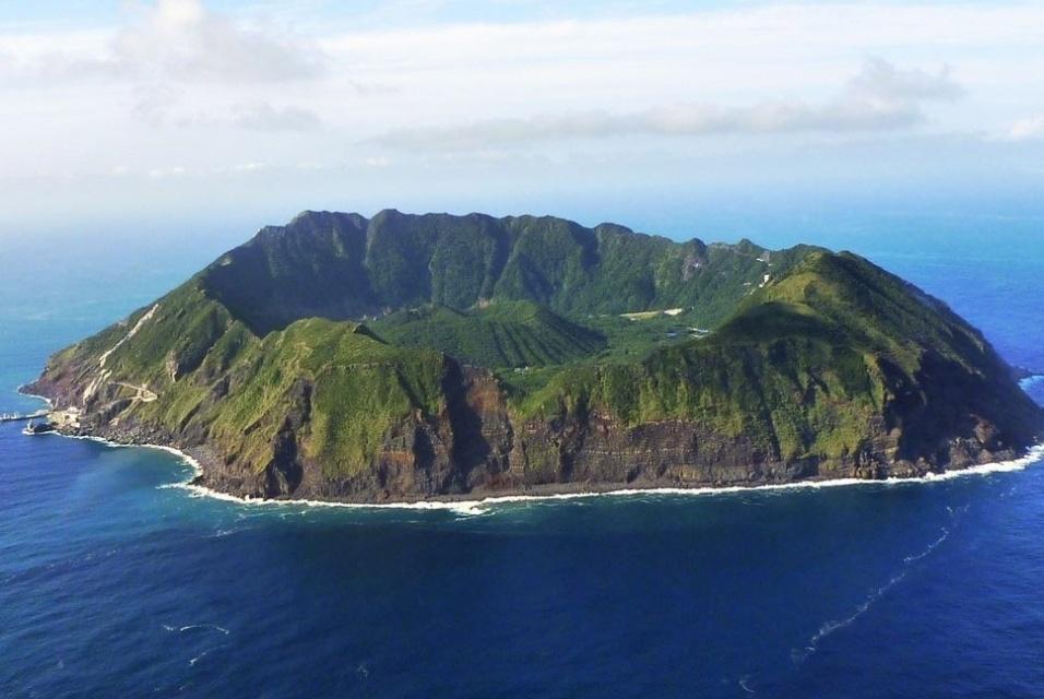 4.dez.2016 - Praias também não existem na ilha de Aogashima, localizada na cratera de um vulcão ativo