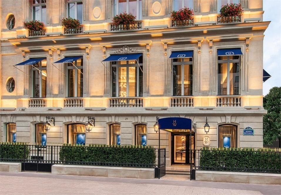 Valor roubado: US$ 108 milhões (mais de R$ 339 milhões) - Em 2008, a joalheria Harry Winston, em Paris, Data: 4 de  foi alvo de assalto à mão armada. Dois dos quatro ladrões entraram na loja disfarçados de mulher. Os criminosos chamaram alguns funcionários pelo nome e conheciam alguns dos locais onde as joias eram guardadas. Sob a ameaça das armas, reuniram 15 pessoas, entre funcionários e clientes, em uma parte do estabelecimento, pegaram as joias e fugiram. No total, 25 pessoas foram presas acusadas de algum tipo de envolvimento com o crime