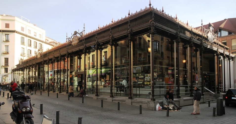 """6. Mercado de San Miguel, ou """"La Boquería"""", é o mercado central de Madri, onde estão localizados muitos bares, estandes de frutas, legumes, queijos, vinhos, especiarias, entre outros. Está localizado em uma região com ótimos restaurantes e comércio. Vale a pena fazer uma visita e levar para casa alguns doces e temperos mediterrâneos"""