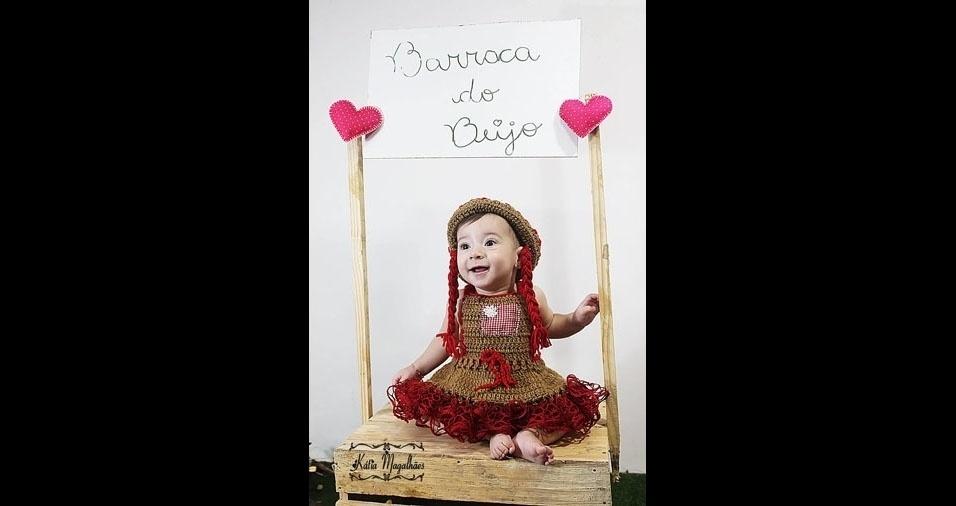 """Helen Caroline Couto Vieira, de São Pedro do Ivaí (SP), é a mãe da Maria Clara, de sete meses, e conta: """"é a caipirinha mais linda da barraca do beijo"""""""