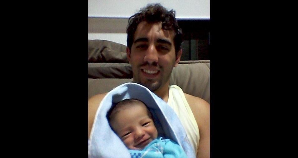 O papai Allan Jefferson com o filho Marco Tulio, de Barbacena (MG)
