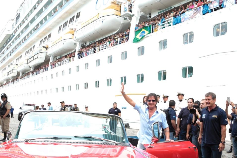 """-20.jan.2016 - Roberto Carlos acena para o público antes de embarcar para a nova edição do cruzeiro """"Emoções em Alto Mar"""""""