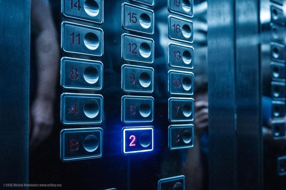 """45. """"Dizem que o quinto andar do hotel é todo dedicado à vigilância dos hóspedes. Algumas pessoas conseguiram visitá-lo (a porta é geralmente fechada quando você chega pelas escadas), então vale a pena investigar"""""""