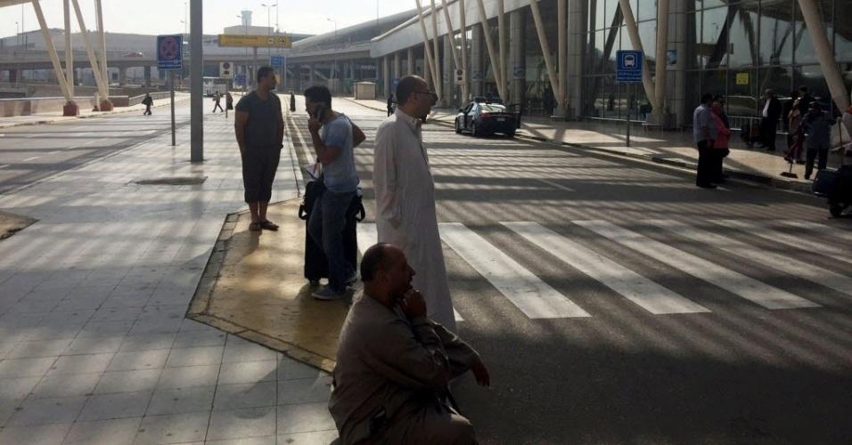 19.mai.2016 - Pessoas aguardam do lado de fora de terminal do aeroporto no Cairo, no Egito. Um avião da companhia aérea Egyptair que fazia a rota entre Paris e Cairo desapareceu dos radares com 66 pessoas a bordo