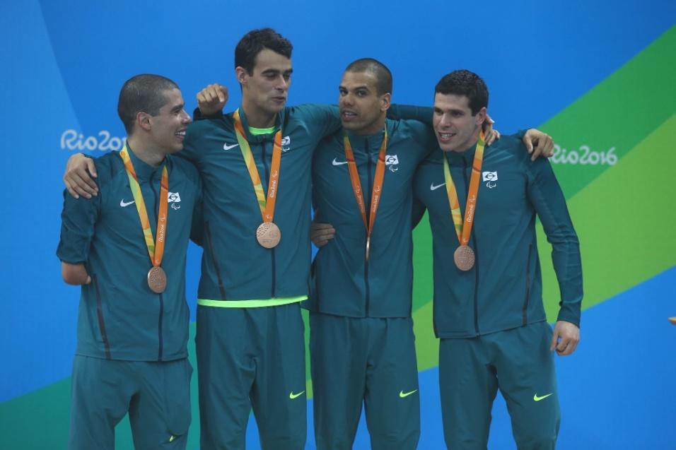17.set.2016 - A equipe do revezamento 4 x 100 m medley, categoria até 34 pontos, foi bronze. Daniel Dias, Ruan de Souza, André Brasil e Phelipe Rodrigues (da esq. para a dir.) nadaram a final em 4min17s51