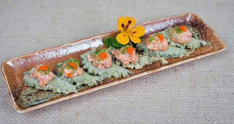 """35. O Imai Izakaya concorre com o prato """"Tempurá de Shissô"""", que é um crocante tempurá de shissô com tartar de salmão levemente picante. Onde: Rua Hipócrates, 139 - Bosque da Saúde. Mais informações: (11) 5077-1629"""
