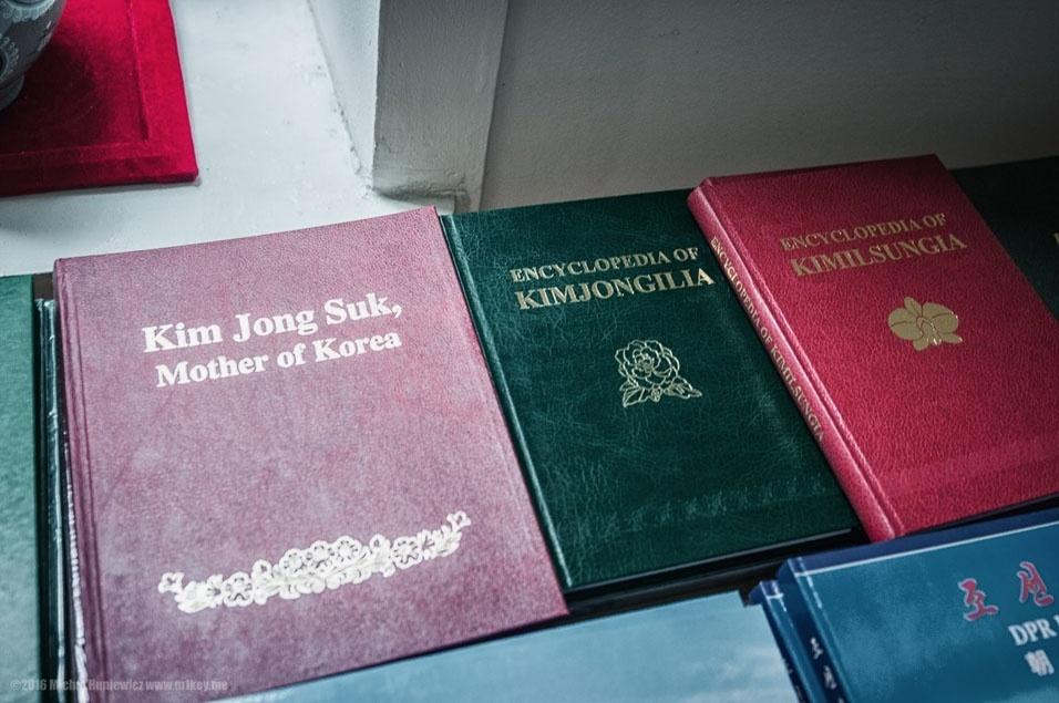 """66. """"Isto foi em uma loja de lembranças: livros (aforismos de Kim Jong-il and coisas parecidas), cartões postais, cartazes etc"""""""