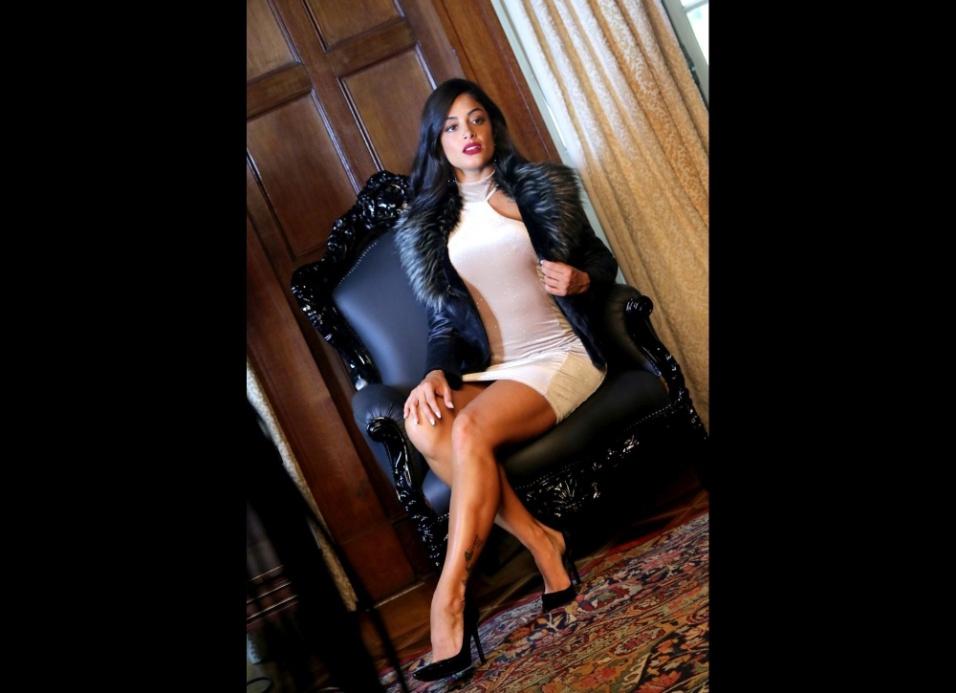 21.dez.2016 - Aline Riscado posa com ar sensual para grife de roupas