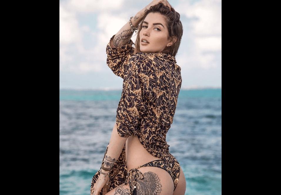 17.fev.2017 - Aline Gotschalg sensualiza em ensaio de moda praia com o Mar do Caribe ao fundo