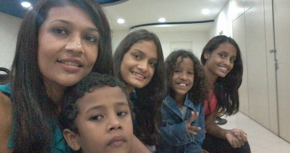 Jaqueline Coimbra com os filhos Geovanna, Letícia, Mariah Iasmyn e Luiz Antônio