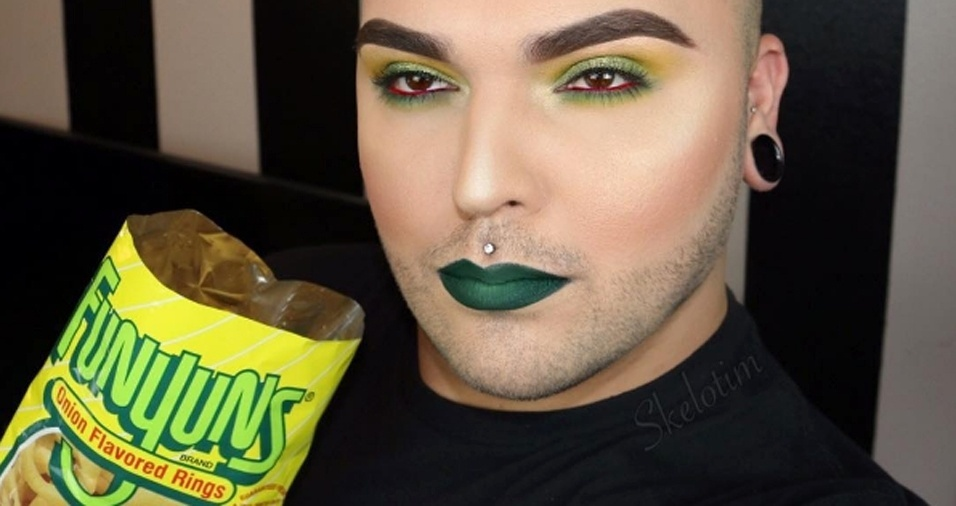 34. Conseguir combinar a maquiagem com uma embalagem de comida não é algo fácil, mas parece que Tim já pegou o jeito