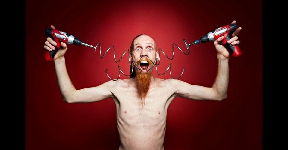 12. Andrew Stanton, um artista de Las Vegas (EUA), enfiou uma mola de metal de 3,63 metros pelo nariz e a tirou pela boca. Foi para o Guinness em 2012.