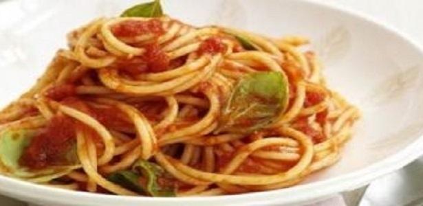 https://conteudo.imguol.com.br/c/bol/fotos/f2/2016/02/04/espaguete-ao-molho-de-tomate-1454632298652_615x300.jpg