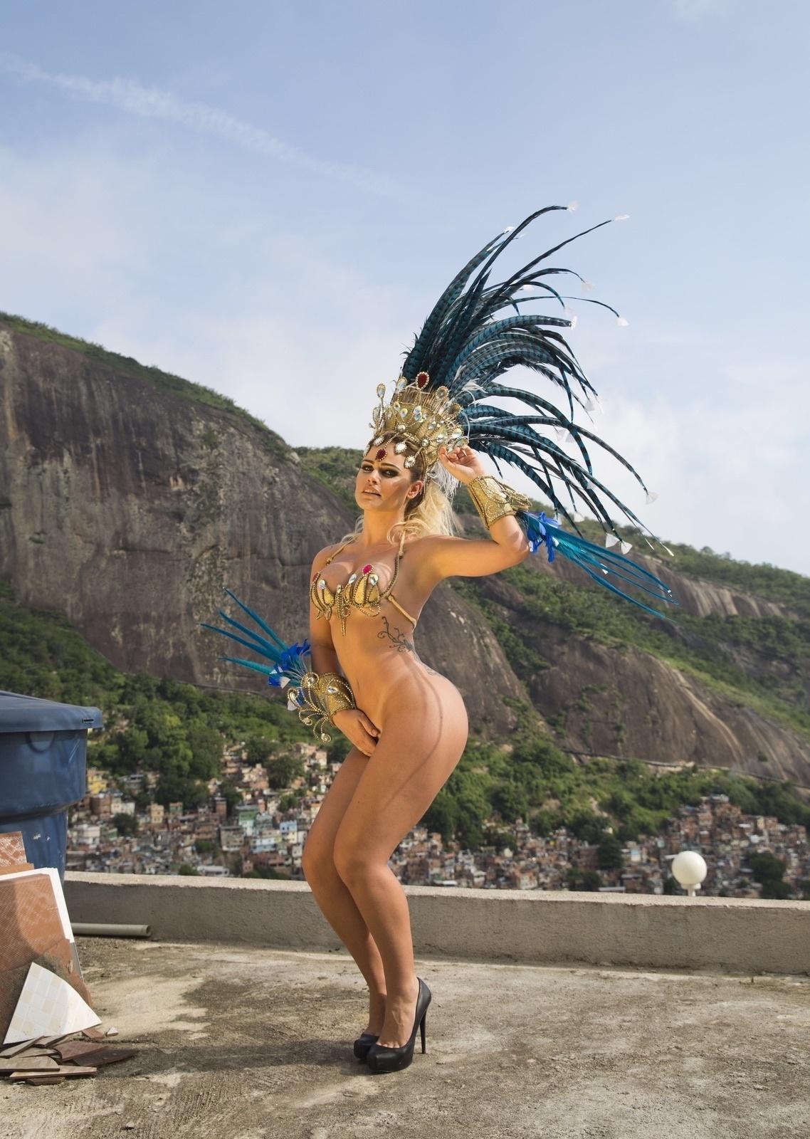 25.fev.2016 - A ex-BBB Natália Casassola é a primeira celebridade confirmada no Carnaval 2017. Musa da escola de samba Acadêmicos da Rocinha em 2016, a