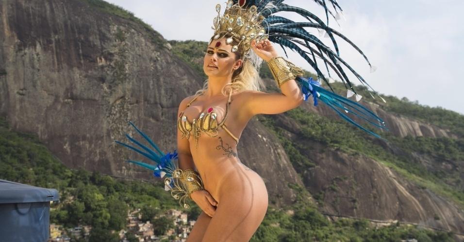 """25.fev.2016 - A ex-BBB Natália Casassola é a primeira celebridade confirmada no Carnaval 2017. Musa da escola de samba Acadêmicos da Rocinha em 2016, a """"sister"""", confinada no """"BBB8"""" e """"BBB11"""", já avisou que volta à Sapucaí em 2017"""