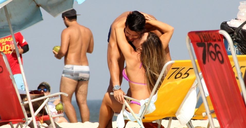 13.abr.2016 - Nicole Bahls dá beijo estralado no noivo Marcelo durante dia de praia