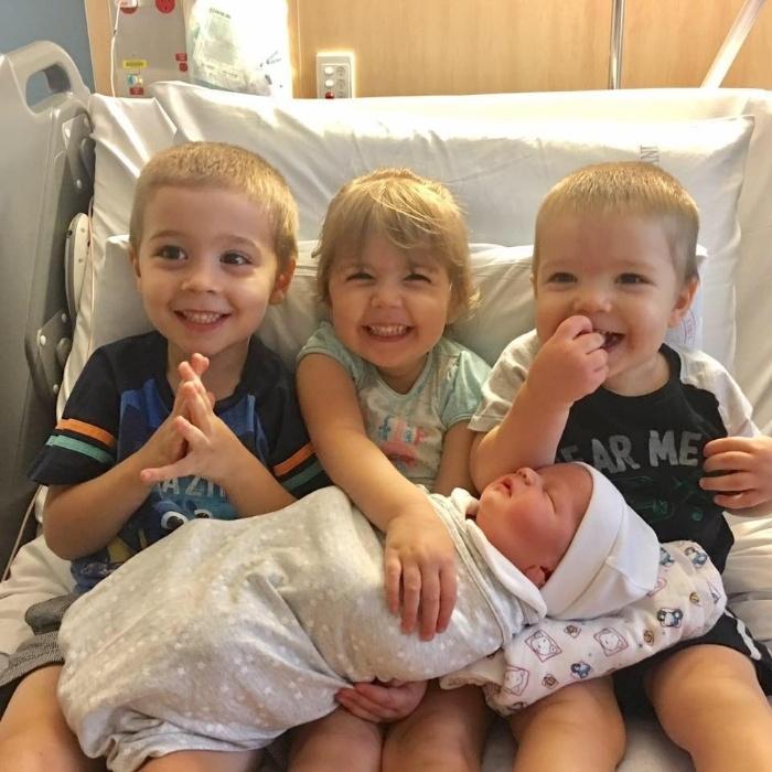 11.jan.2017 - Recém-nascido, Spencer posa com os outros três irmãos