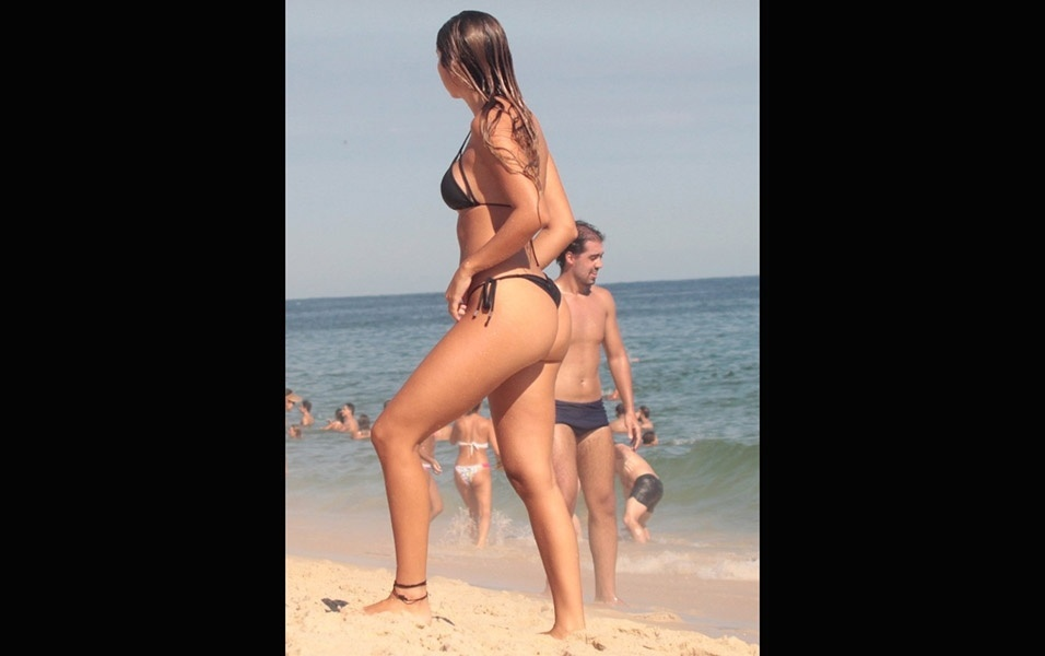 6.fev.2017 - Carol Portaluppi exibe corpo escultural nas areias de Ipanema