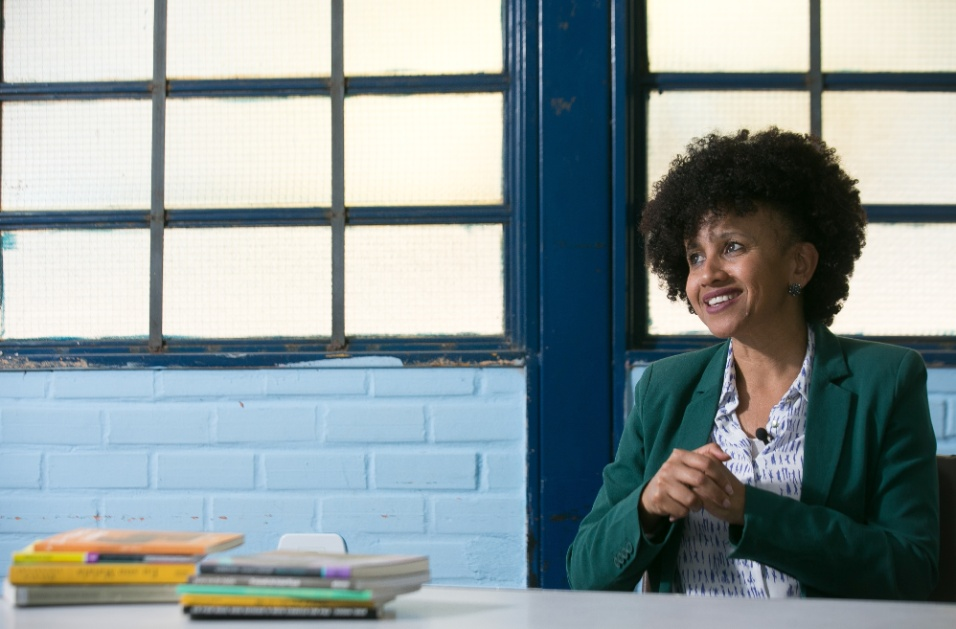 """""""Eu sempre tive muito orgulho da minha condição de mulher negra, mas, com o projeto Mulheres Inspiradoras, esse orgulho foi renovado"""", diz a professora Gina."""