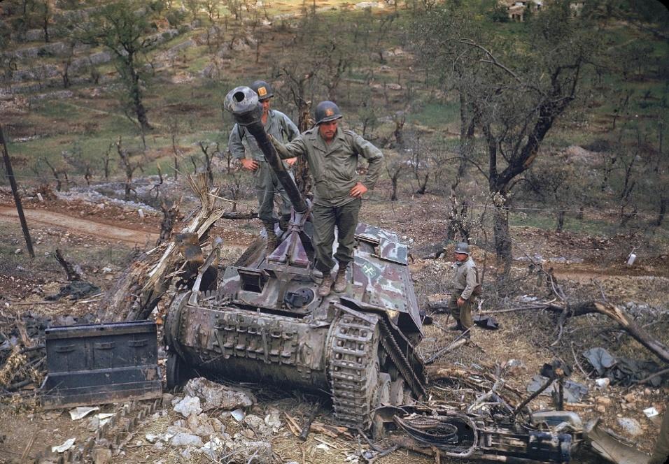 Mai.1944 - Soldados norte-americanos inspecionam tanque alemão abandonado na Itália