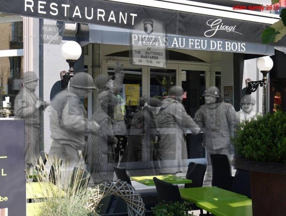 24.nov.2015 - Tropas norte-americanas se encontram no lugar que hoje fica um dos mais conhecidos da Bélgica: o McAuliffe Place