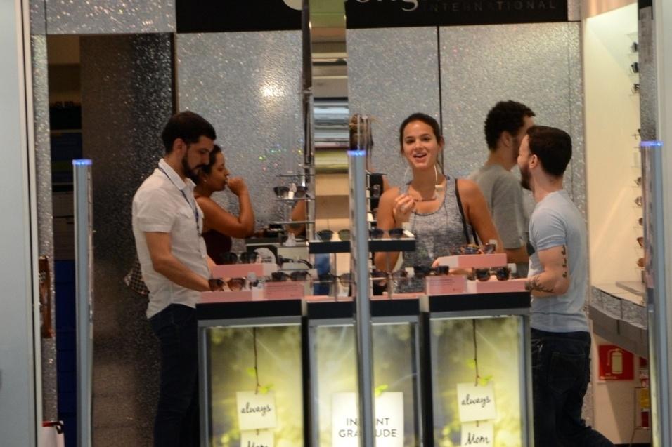 """25.abr.2016 - Bruna Marquezine aproveitou a segunda-feira pós-feriado para abastecer sua lista de acessórios. Em um shopping na zona sul de São Paulo, a atriz dispensou trajes de luxo e mostrou seu lado """"gente como a gente"""" ao se vestir com roupas de academia e não se preocupar ao deixar parte do sutiã à mostra. Dentro de uma loja de óculos escuros, ela esbanjou simpatia e sorriu para os fotógrafos ao saber que estava sendo clicada. Veja como foi nas fotos a seguir"""