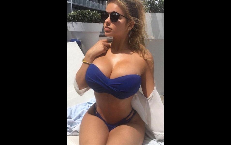 """19.mai.2016 - A modelo Anastasiya Kvitko segue """"abalando as estruturas"""" no Instagram. A cada clique em que exibe o seu corpo escultural, a russa leva à loucura os seus mais de 3 milhões de seguidores. Dessa vez, a beldade postou uma foto vestindo um biquíni azul, para delírio dos fãs que chegam do mundo inteiro e enchem a gata de elogios. """"Transborda sensualidade"""", escreveu um fã, em espanhol. Até brasileiros se derretem por Anastasiya. """"Toda gostosa"""", elogiou um brazuca fã da russa"""
