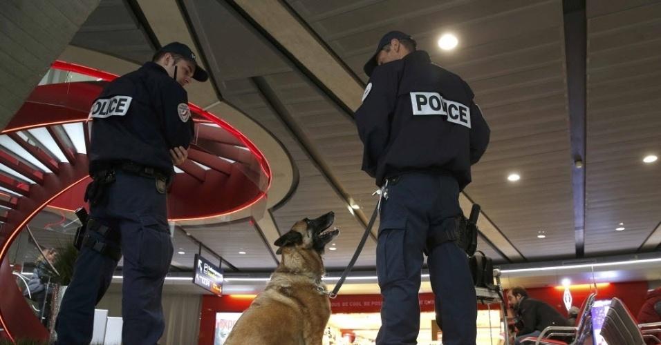 19.mai.2016 - Policias fazem guarda no aeroporto Charles de Gaulle, em Paris, na França, após desaparecido de aeronave da EgyptAir