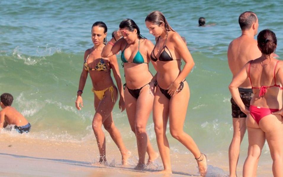 6.fev.2017 - A filha de Renato Gaúcho estava acompanhada de amigas durante passeio na praia de Ipanema