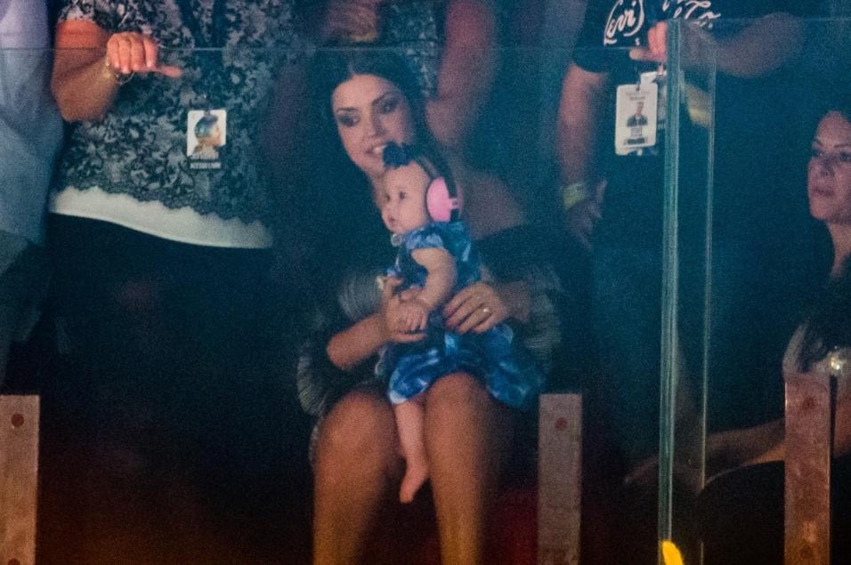 3.mar.2017 - Depois de um tempo, Thaís Fersoza, grávida do segundo filho, acompanhou o marido sentada com a filhinha no colo