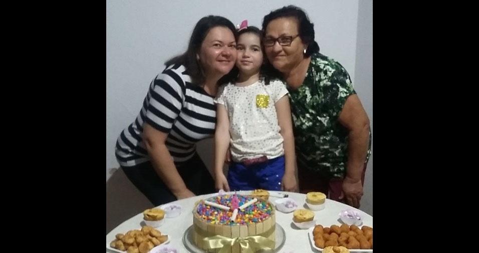 Edivania com a mãe Irene e a filha Gabrielly, de Olinda (PE)