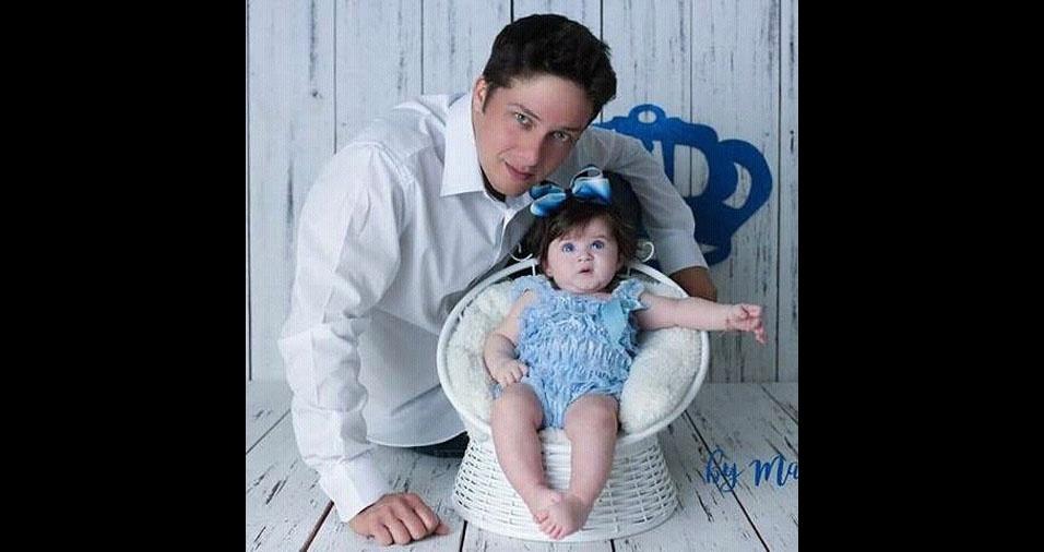 O papai Israel Spadarott com a filha Júlia Dutra Spadarott, de cinco meses, de Itaperuna (RJ)