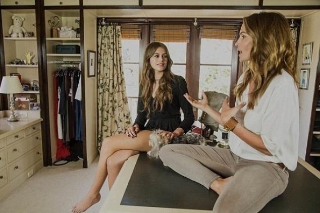 2.out.2015 - Cindy Crawford, de 49 anos, e a filha Kaia, de 14, mostraram afinidade e semelhança em fotos feitas no closet da modelo em sua casa em Malibu, nos Estados Unidos