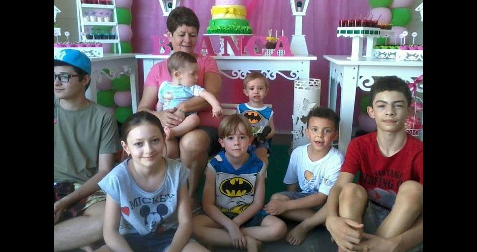 Esta é a vovó Ivete curtindo seus netos Leonardo, Bianca, Felipe, Rafael, João Henrique, Bruno e Matheus. A família mora em Valinhos (SP)