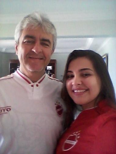 Isabela Tosta, de Goiânia (GO), com o pai, Ronaldo, antes de um jogo do Vila Nova