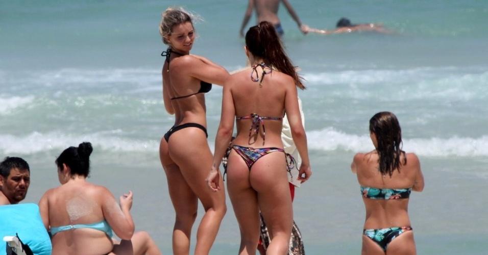 15.out.2015 - As atrizes Pérola Faria e Carol Guarnieri, neta do falecido ator Gianfrancesco Guarnieri, se refrescam na praia da Barra da Tijuca, no Rio de Janeiro, após um banho de sol