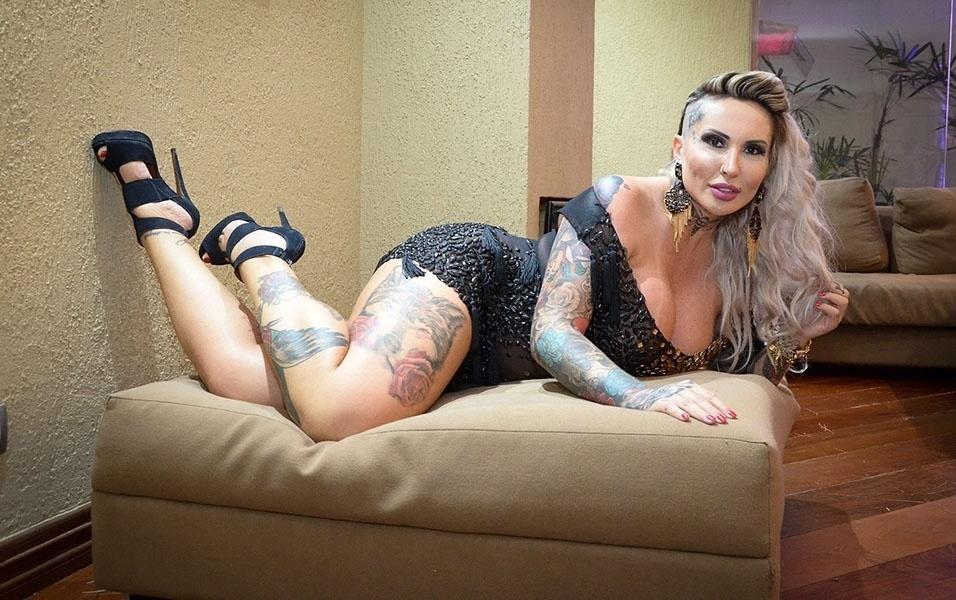 "4.jan.2017 - Sabrina Boing Boing posa na mansão do reality ""Sexy Tape"""