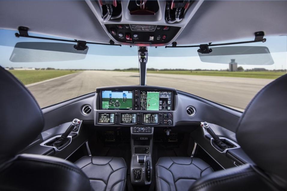 30.mai.2017 - Controles do piloto ficam na lateral da cabine. A tela de instrumentos é toda digital, e pode ser operada com o toque dos dedos, como em um celular