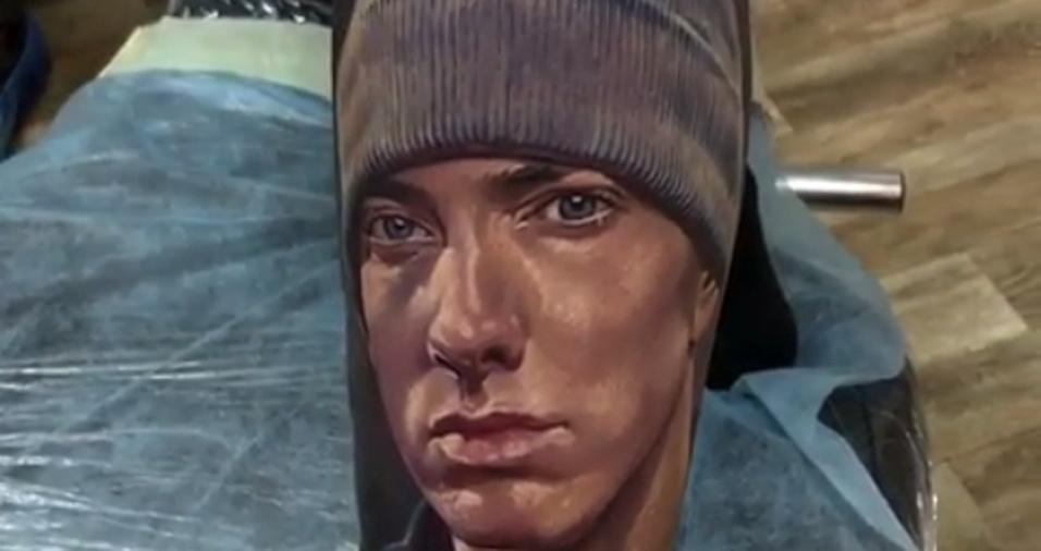 11. Os detalhes nas roupas, sobrancelhas e o sombreamento do rosto tornam as obras do tatuador mais reais