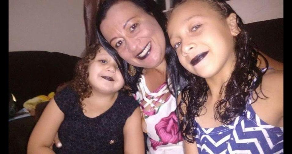 Welbister Marlon, de Presidente Epitácio (SP), homenageia a esposa Denise, na foto com as filhas Bianca e Beatriz