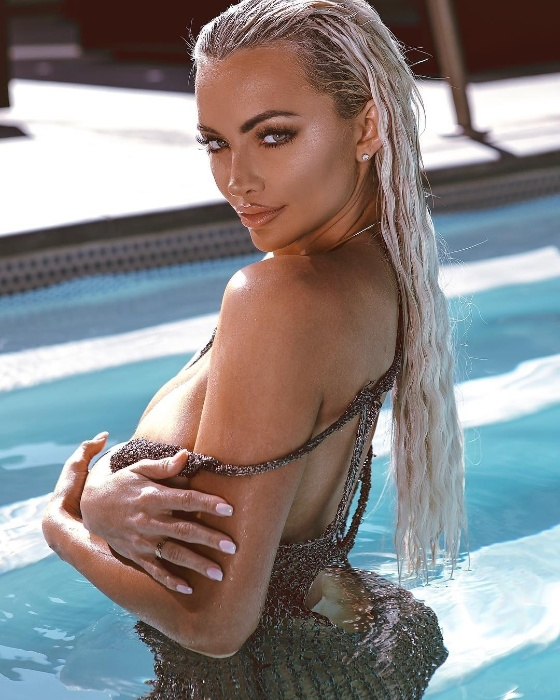 3.out.2018 - Em outra foto do ensaio sensual, Lindsey Pelas tenta não mostrar muito no clique