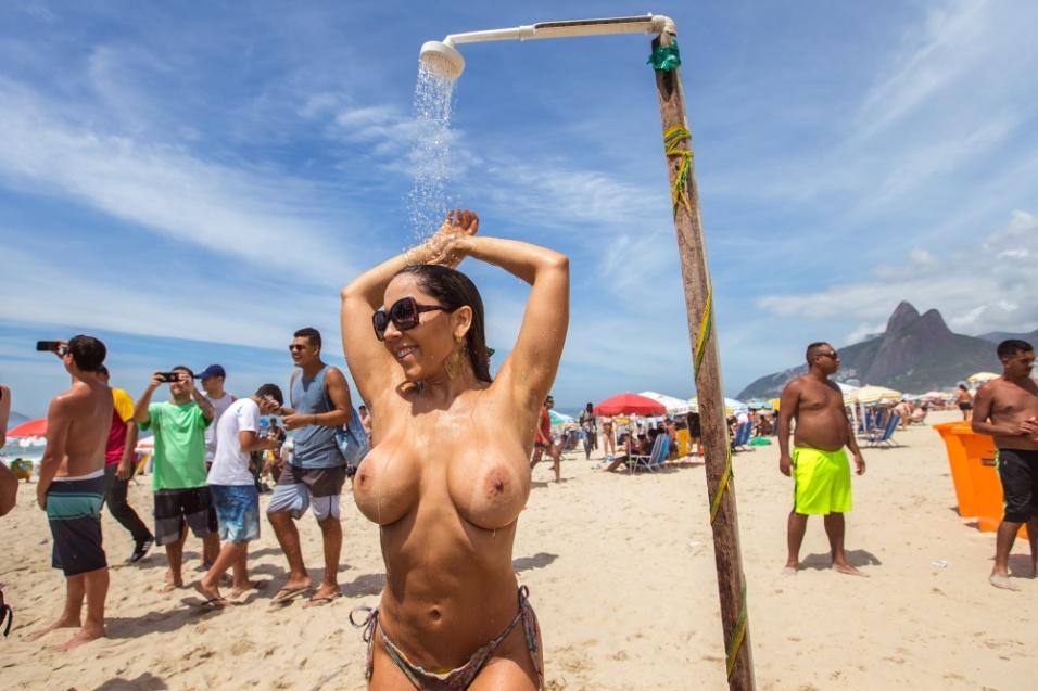 """24.jan.2016 - Movimento """"Topless in Rio 2016"""" tenta fazer conscientização sobre o câncer de mama na praia de Ipanema, no Rio de Janeiro. Evento ocorre no posto 9 da praia e contou até com a presença da mo"""