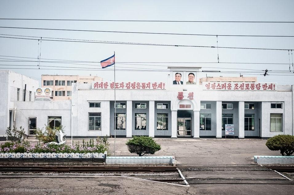 """22. """"Eu governo através da música e da literatura"""" - Kim Jong Il. """"Qualquer um que componha uma obra que não tenha sido declarada através da cadeia de comando é, por definição, culpado de traição. Todas as obras escritas na Coreia do Norte devem ser iniciadas em resposta a um pedido específico do Partido"""". Foi Kim Jong Il que decidiu que Kim Il-sung deve estar sorrindo em seu retrato fúnebre"""