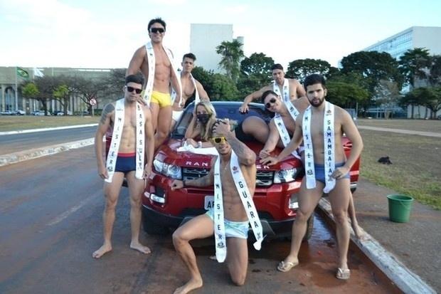 3.jul.2016 - Todo mundo junto em prol das investigações da Operação Lava Jato. MC Bandida posa com time de sete candidatos ao concurso Mister Distrito Federal em Brasília