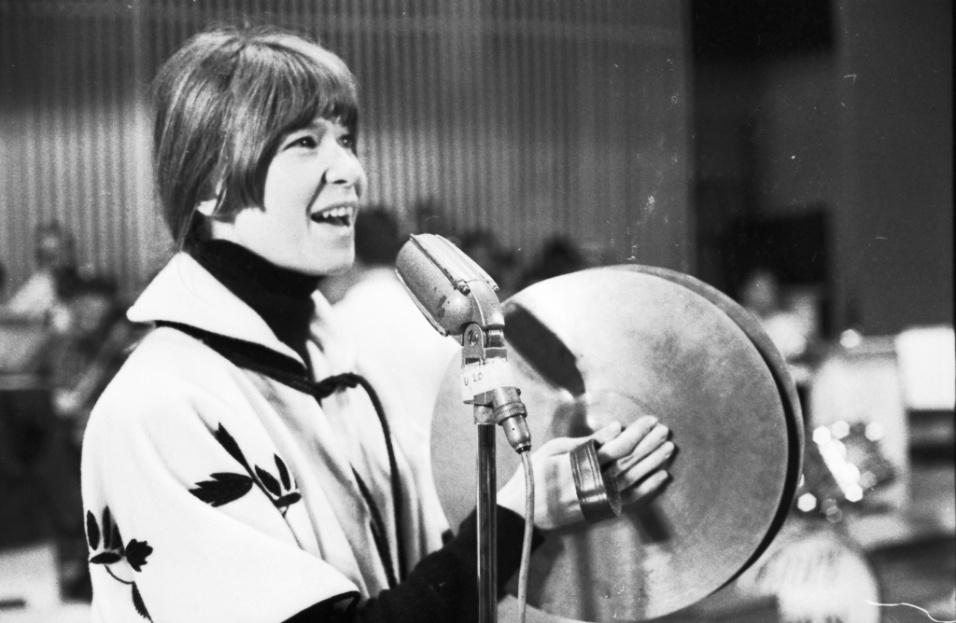 1967 - Rita Lee se apresenta no 3º Festival de Música Popular Brasileira da TV Record, gravado no Teatro Record