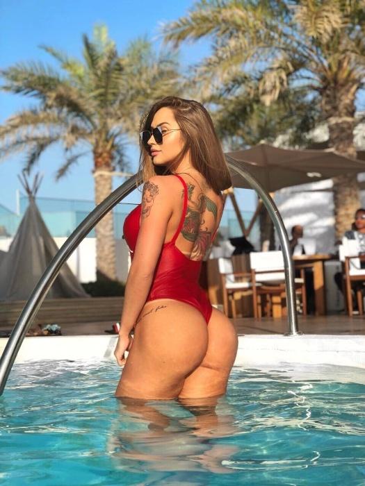 """12.dez.2017 - A musa fitness Gabriela Correa, 24, parou um famosos resort em Dubai, nos Emirados Árabes, ao curtir uma piscina usando um maiô fio-dental vermelho. A loira, que tem 96cm de bumbum, filosofou nas redes sociais, onde mostra a sua rotina de treinos e as mudanças do seu corpo. """"A felicidade não é uma vida cheia de coisas, é um coração pleno de si mesmo, é um coração saciado"""", escreveu Gabriela na legenda da imagem"""